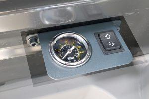 Манометр пневмосистемы с кнопкой подкачки
